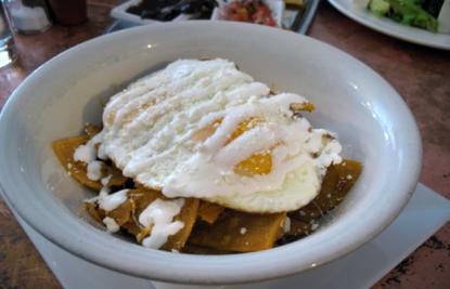 Chilaquiles con huevo, brunch Ofrenda